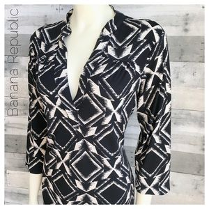 Banana Republic deep split neck knit geometric